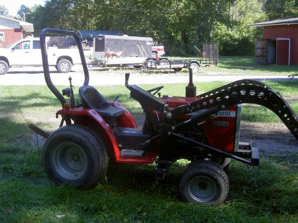 MASSEY-FERGUSON 1010 DIESEL TRACTOR WITH LOADER